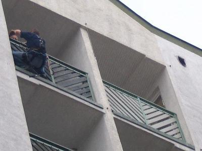 Założenie siatki na balkonie na 7 piętrze gdzie po gołębiach trzeba było sprzątać raz w tygodniu - kliknij, aby powiększyć