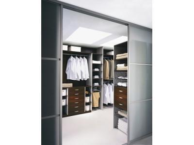 Zabudowa garderoby w tradycyjny sposób. Garderoba dodatkowo zamykana drzwiami przesuwnymi - kliknij, aby powiększyć