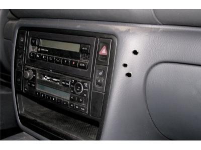 Otwiry w konsoli po zestawie głośnomówiącym - kliknij, aby powiększyć