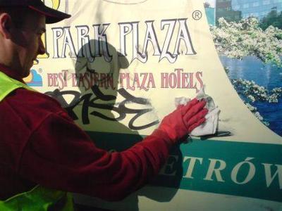 Usuwanie graffiti z tablicy reklamowej - kliknij, aby powiększyć