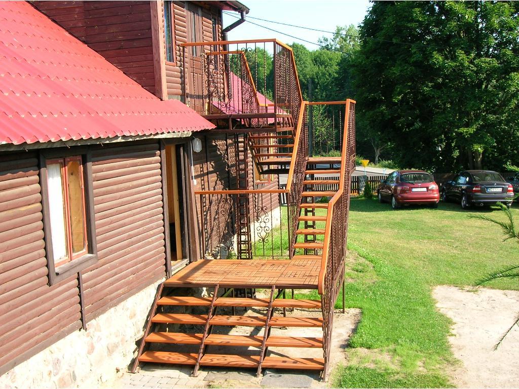 Drewniane schody zewnętrzne do domu