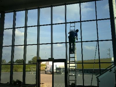 Czyścimy  okna elewacje kostkę dachy posadzki ...