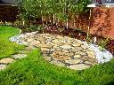 Placyk rekreacyjny wśród traw z kamienia i żwiru
