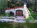 domek z kamienia z kaskadą wodną i oczkiem wodnym