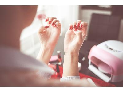Manicure hybrydowy w domu  sposób na piękne paznokcie
