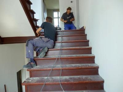 Renowacja schodów drewnianych, drzwi w starych kamienicach
