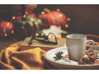 Jak wprowadzić w domu jesienny klimat? Pomysły na sezonowe dekoracje