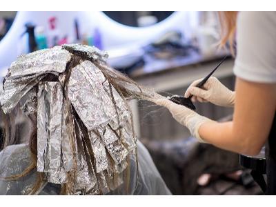 Włosy ombre czy sombre? Najmodniejsze metody koloryzacji