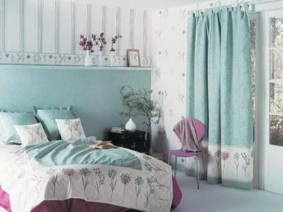 tapeta angielska dodaje ciepła w sypialni - kliknij, aby powiększyć