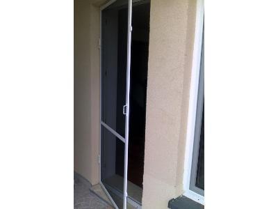 Moskitiera drzwiowa biała otwierana z samozamykaczem Warszaw - kliknij, aby powiększyć
