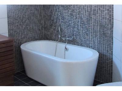 Mozaika w łazience z wolnostojącą wanną. - kliknij, aby powiększyć