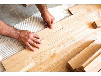 układanie paneli podłogowych  - kliknij, aby powiększyć