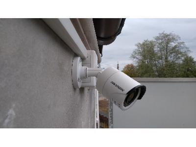 Kamera tubowa Hikvision na elewacji - kliknij, aby powiększyć